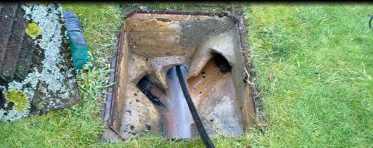 Απόφραξη με πιεστικό μηχάνημα υδροβολής σε φρεάτιο στον Άλιμο
